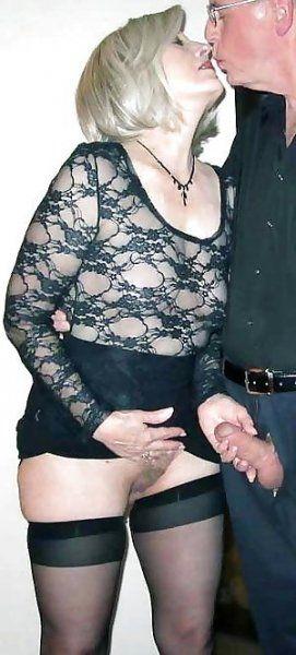 Frau wichst seinen Schwanz