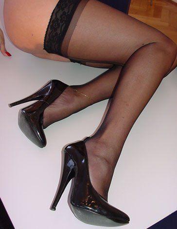 Sexy Hausfrau in halterlosen Strümpfen und High Heels