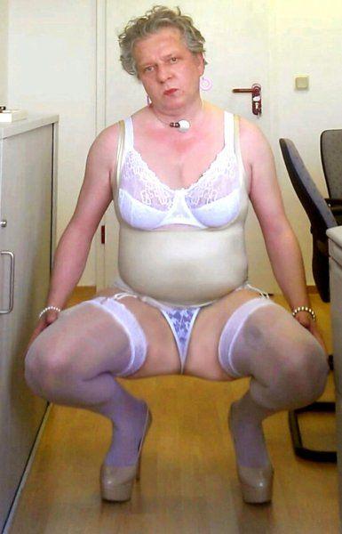 Schlampe Heike posiert halb nackt im Büro