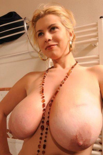 Blondine hat gigantische Milchtanks