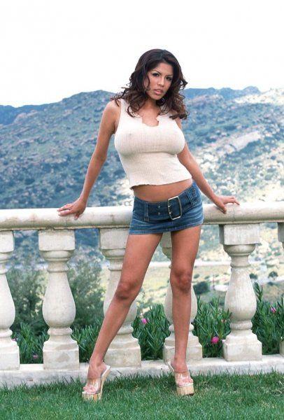Latina trägt kurzen Jeansrock und High Heels