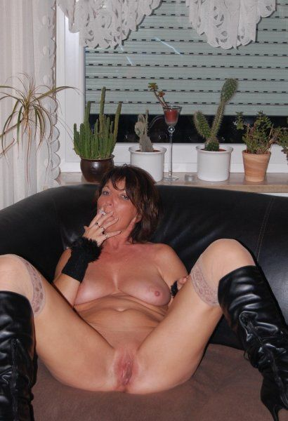 Frau zeigt ihre Muschi