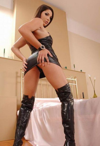 Sexy Domina in engem Leder Outfit mit Stiefeln