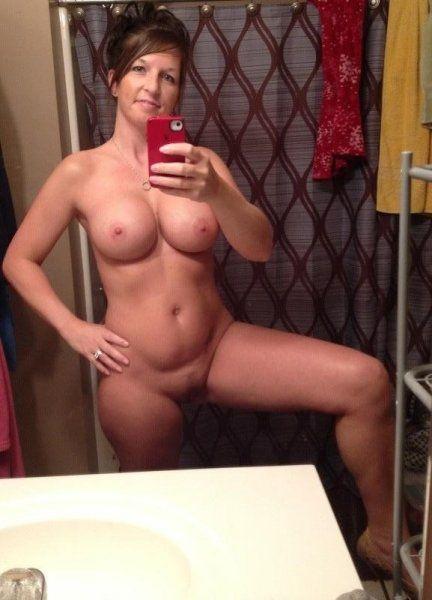 Nackte junge Mama macht geiles Selfie im Bad Bild | pics4men.com