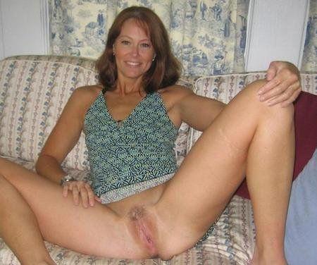 hei e hausfrau sitzt unten ohne auf dem sofa bild
