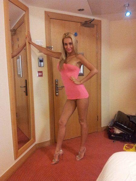 Blonde Schönheit posiert im Hotelzimmer