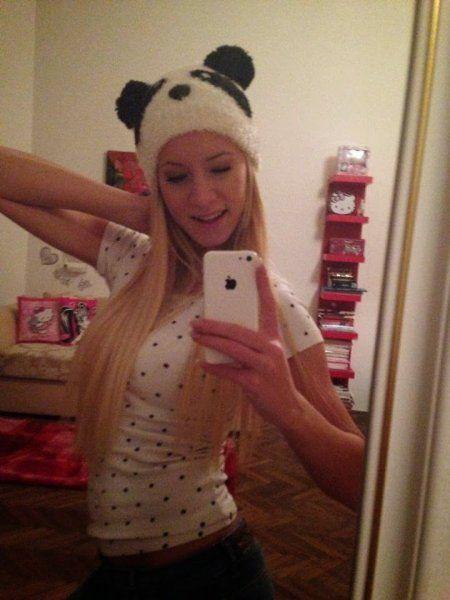 Sexy Blondine macht iPhone-Selfie mit Pandamütze