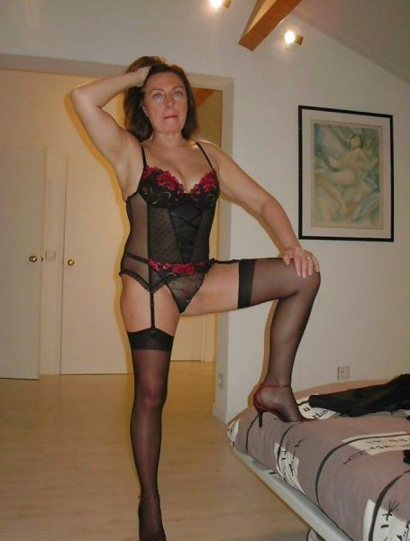 Hausfrau in schwarzen Strapsen