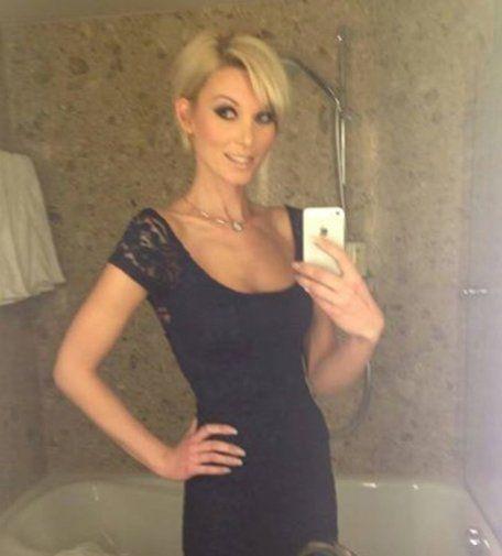 Blondine im Abendkleid fotografiert sich selbst