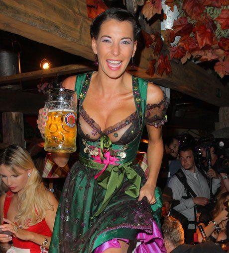 Giulia Siegel im Dirndl auf dem Oktoberfest