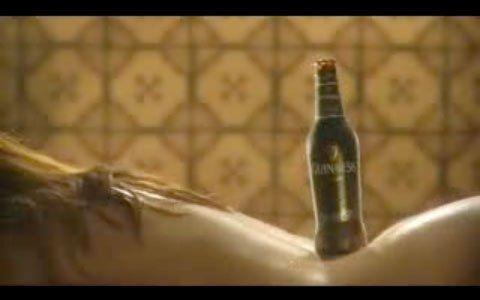 Eine eiskalte Flasche Bier auf einem heißen Frauenrücken