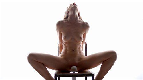 Nackte Blondine spreizt ihre Beine und sitze am Stuhl