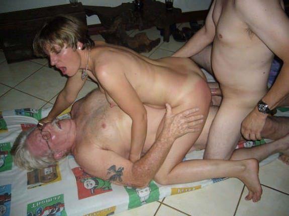 Frau fickt mit zwei Männern