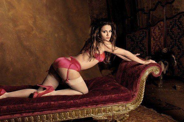 Penelope Cruz räkelt sich in Strapsen auf dem Sofa