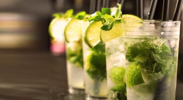 Eiskalte Cocktails mit frischen Limonen und Minze