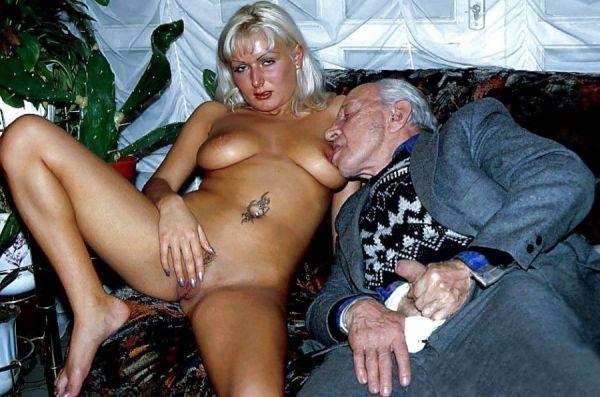 Opa leckt ihre Titten