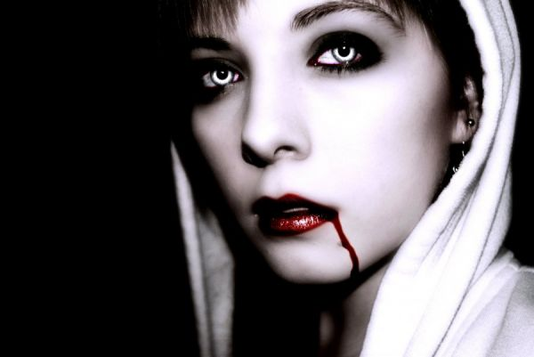 Vampir Girl läuft Blut aus dem Mund