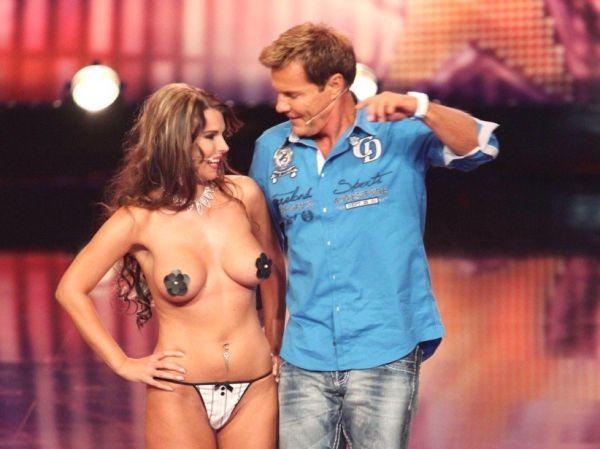 Dieter Bohlen mit leichtbekleideter Aische Pervers auf der Bühne