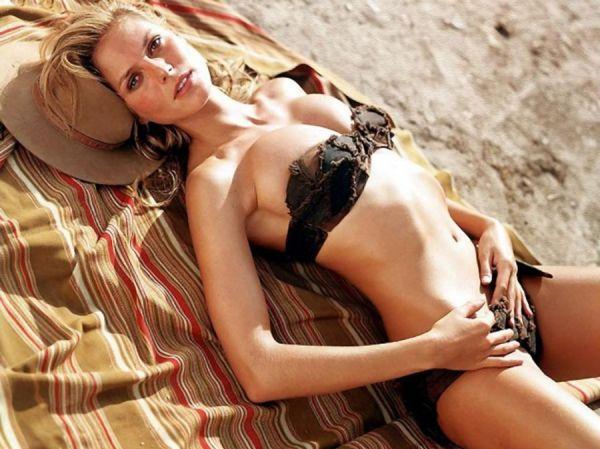 Supermodel Heidi Klum liegt sexy auf der Decke