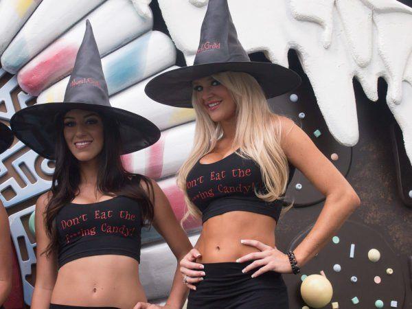 Zwei sexy Schönheiten als Hexen verkleidet