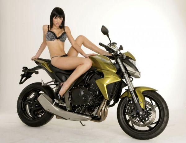 Sexy Girl in High Heels sitzt auf Motorrad